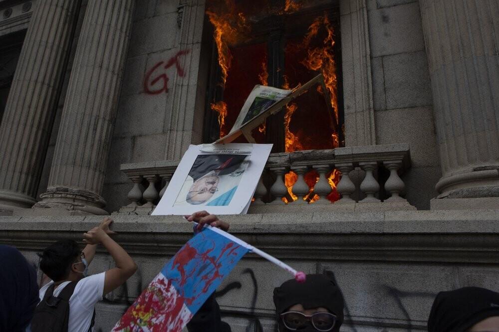 В Гватемале урезали бюджет на борьбу с голодом, повысив расходы на питание Конгресса. И жители подожгли его здание