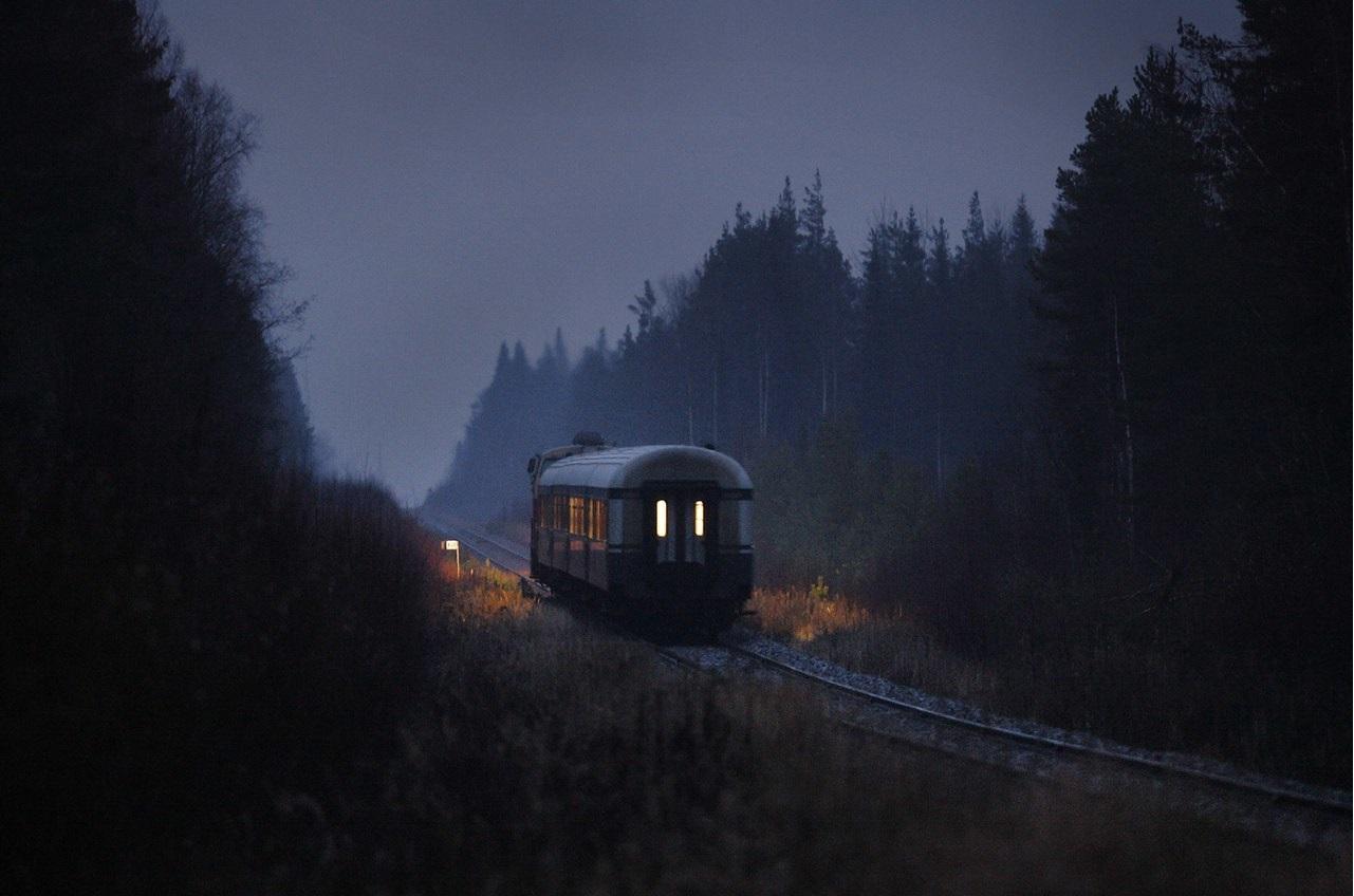 Прижимался в поезде к девушке