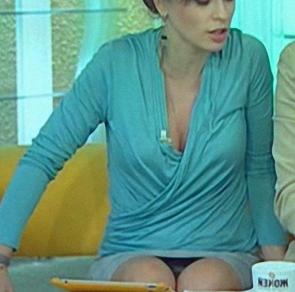 оголила трусики телеведущая
