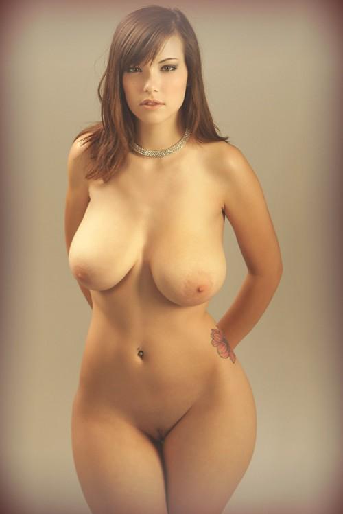 Девушка голая с бедрами фото