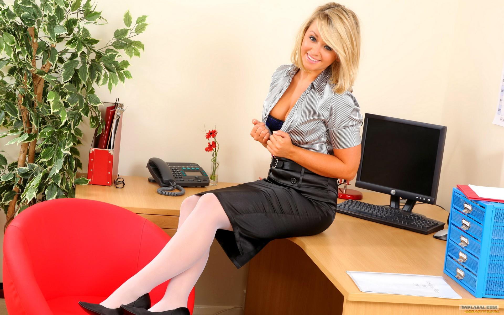 у начальника на рабочем столе размещается красивый и сексуальный секретарь