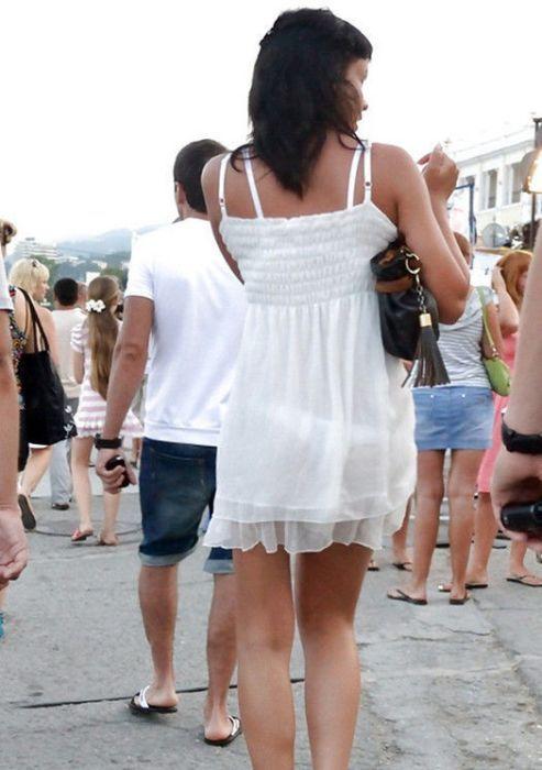 Попки в прозрачной одежде на улицах городов