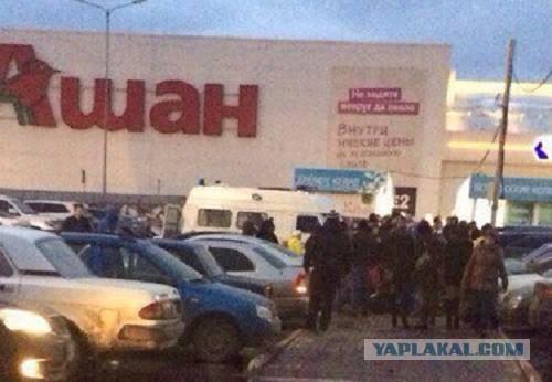 Двух жителей Ульяновска изрезали ножами у торгового центра