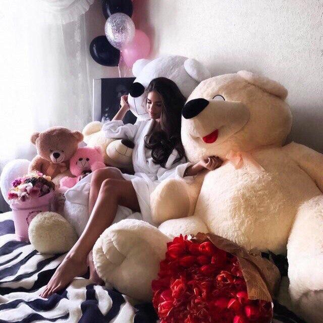 Фото с большим медведем дома