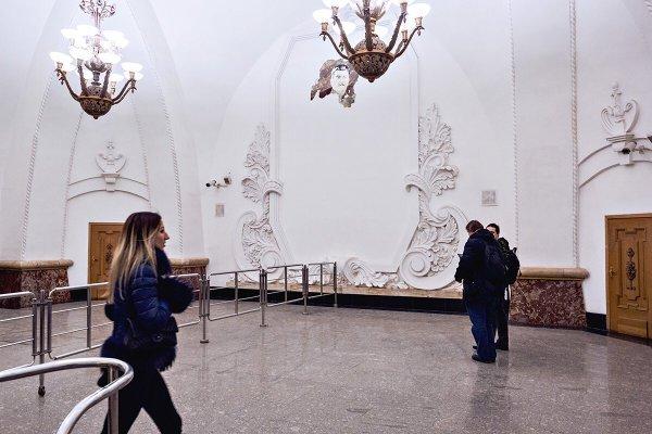 В Москве на станции Арбатской выглянул Сталин из под обвалившейся штукатурки - ЯПлакалъ