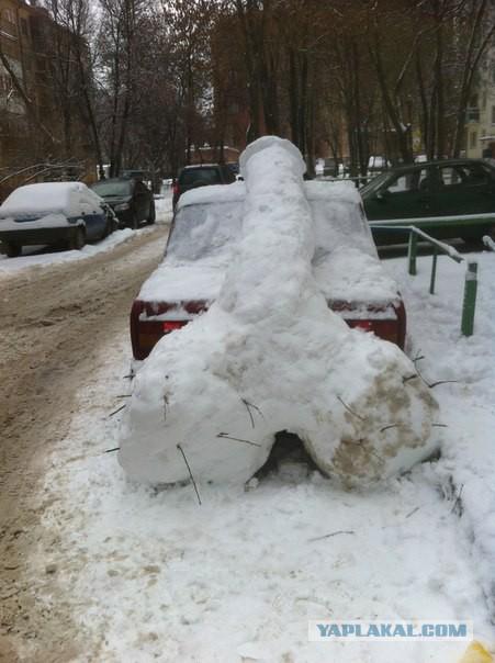 Хуй из снега на машине