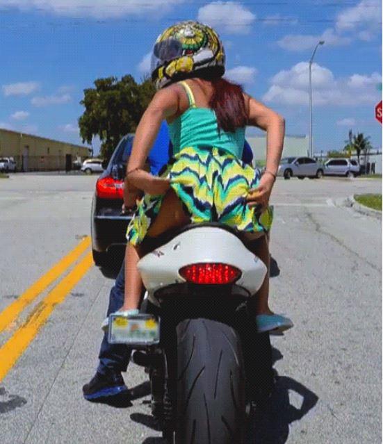 На мотоцикле без трусов фото
