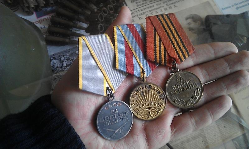 Ветеран принес свои медали в музей - ЯПлакалъ
