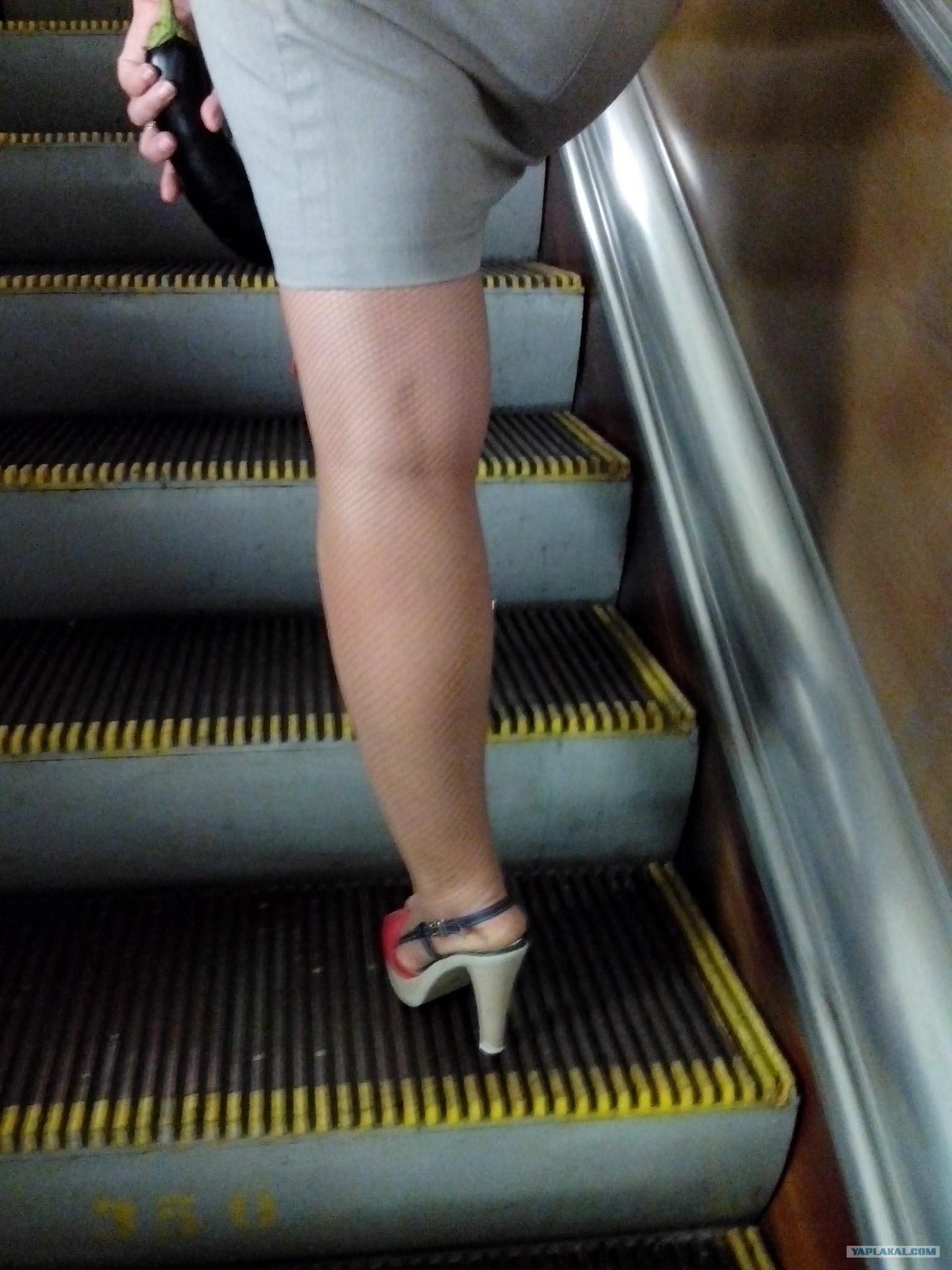 у девушки под юбкой эскалаторе видео видео