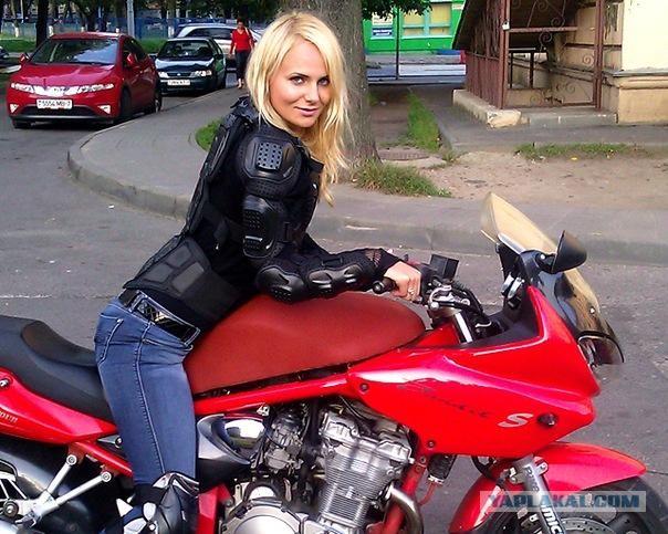 Голая девушка показывает себя на мотоцикле 163