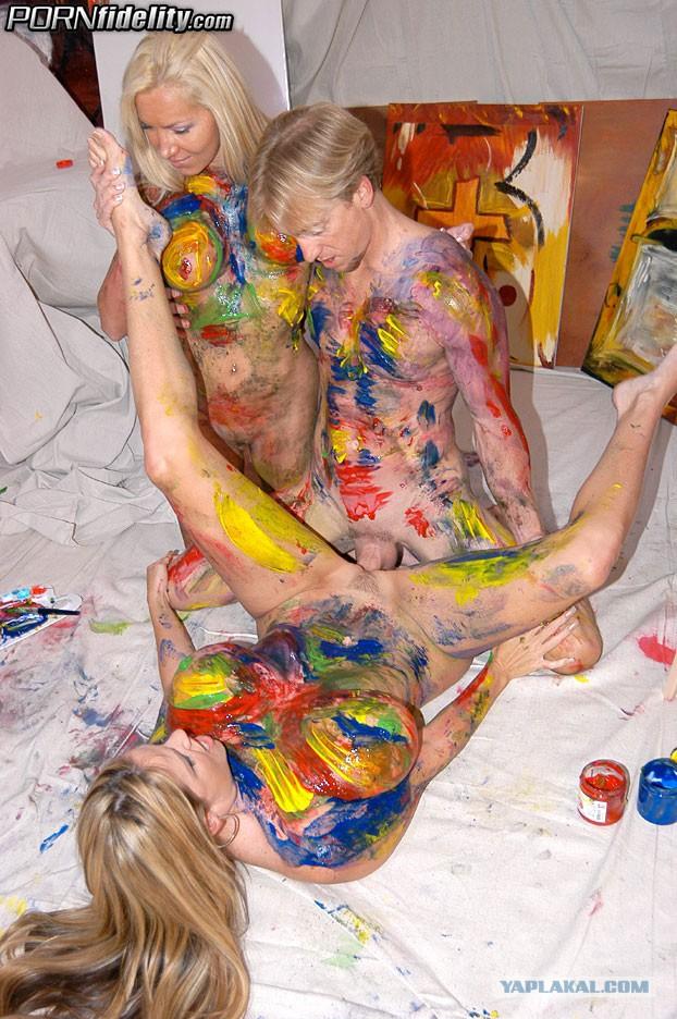 голую девушку разукрасили красками видео эту