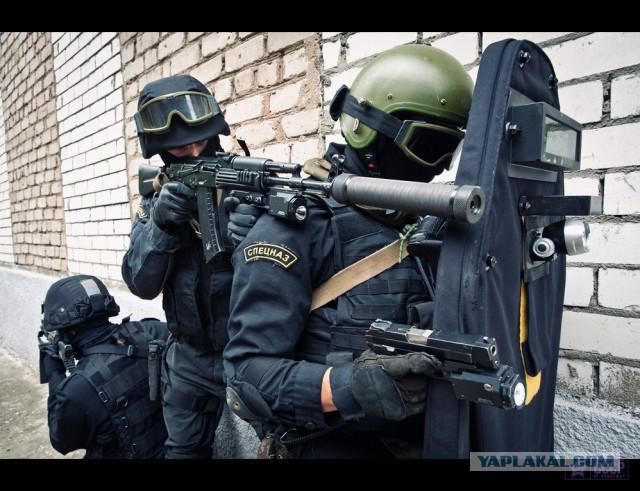 В Псковской области СОБР окружил дом, из которого подростки стреляли по полиции