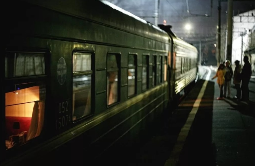 devushki-v-yubkah-v-poezde-metro-video
