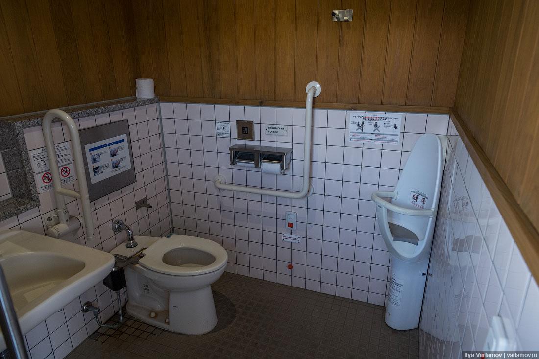Японка писает скрытая камера в туалете