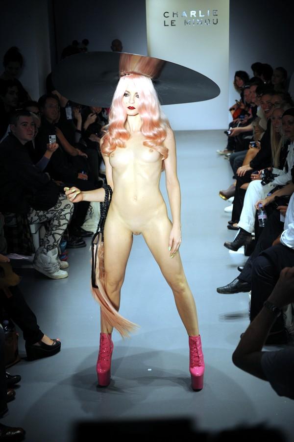 бомарше кончилось женский голый показ нижнего белья только она