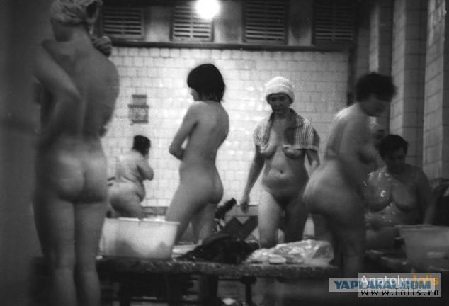 Скрытая камера в сельской бани, два парня трахнули красотку на диване