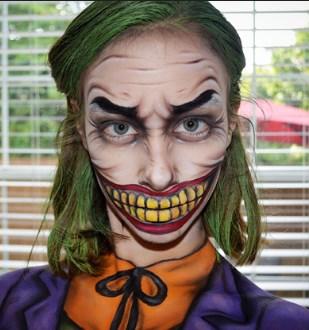 15-летняя девочка демонстрирует искусство грима и макияжа, до которого далеко многим взрослым