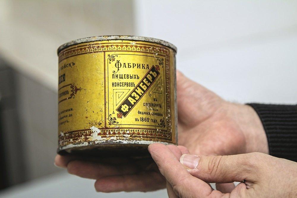 фото американские консервы оливкового или буроватого