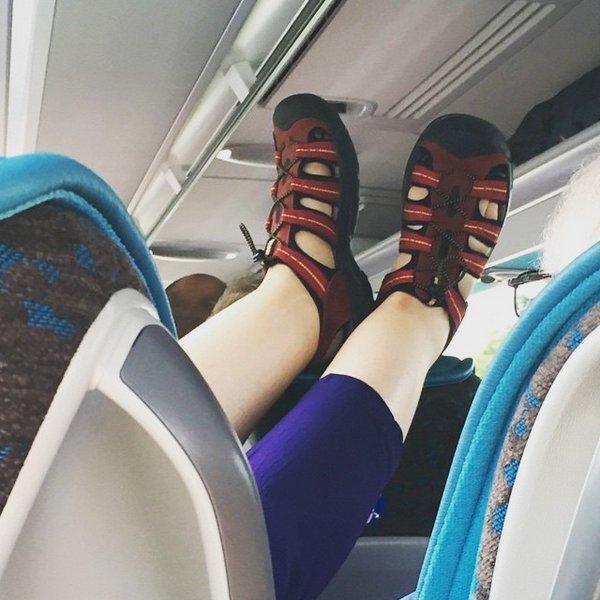 Ноги на стену в самолете. Это нормально или нет?