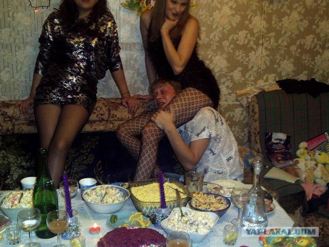 русская бухая вечеринка где то на даче облупленной советской квартире
