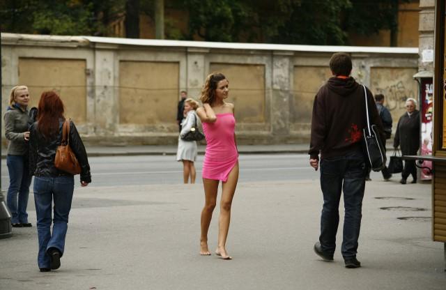 На улице разводят русских девушек