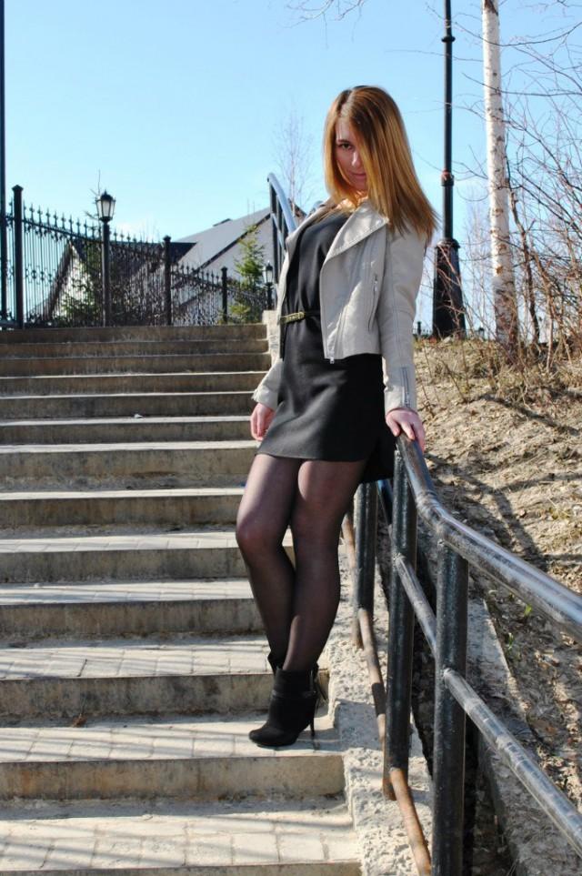 Молодая девушка в зеленой мини-юбке на лестнице, эротика ласки языком женского анала видео