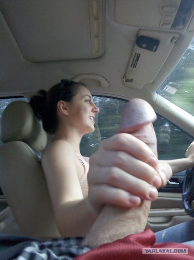 Порно дрочат мужикам в машине