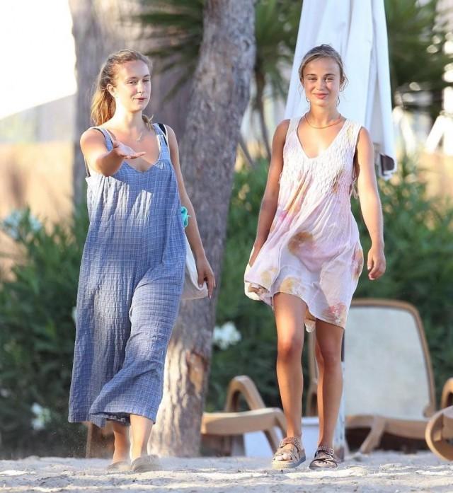 Сестра Уильяма и Гарри наплевала на королевскую семью и прошлась по пляжу топлес