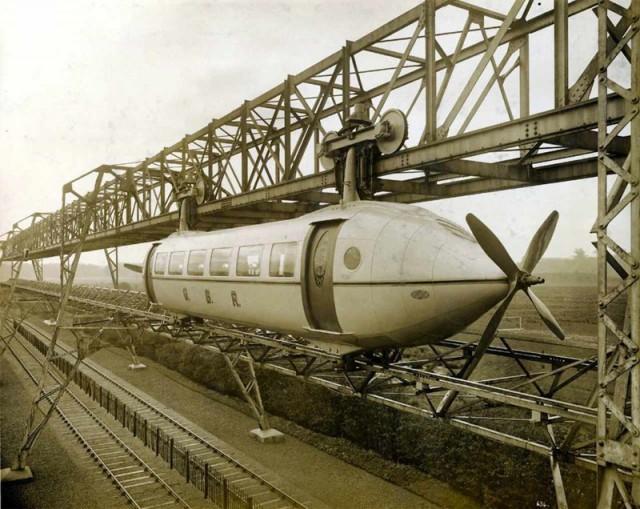 Шотландский изобретатель Джордж Бенни начал разрабатывать гибрид самолета и поезда еще в 1921 году. Восемь лет спустя он смог создать первый прототип - «самолет на рельсах». К сожалению изобретение популярность не приобрело.