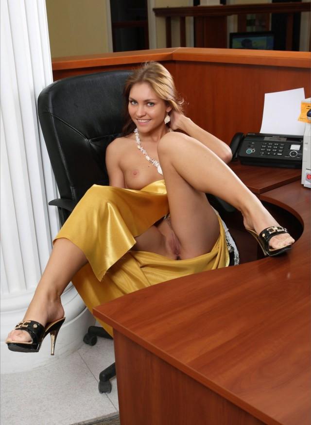 валяющуюся откровенный фотосет секретарши только