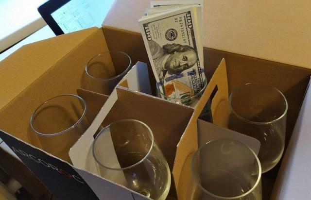 Минчанка продала коробку с бокалами, забыв о том, что в ней спрятано $13 000