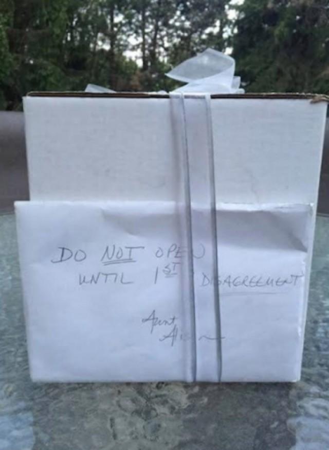 Спустя 9 лет после свадьбы пара открыла нераспакованный подарок со свадьбы