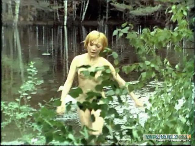 zhanna-bolotova-golaya-vitekaet-voda-iz-vlagalisha-video-narezka