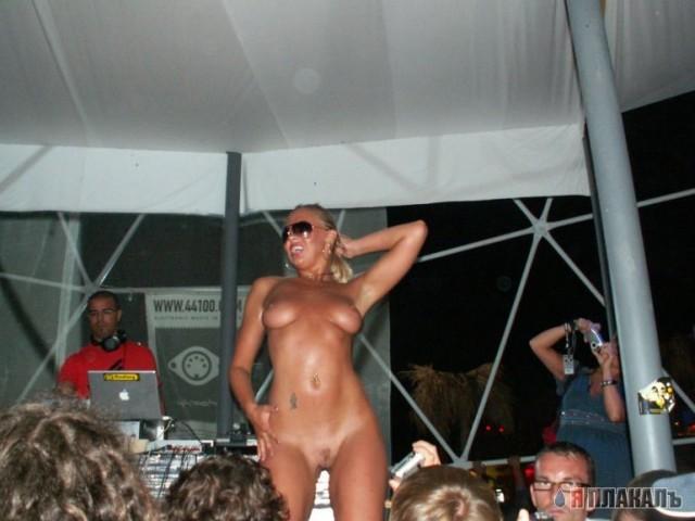 танцуют на казантипе голые девки конце