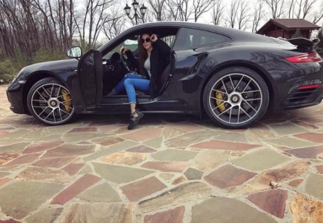 Дочь бывшего мэра Саратова Олега Грищенко Анастасия похвасталась новым спорткаром Porsche 911