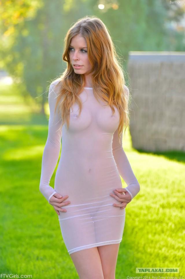 прозрачном девушка в голая коротком платье