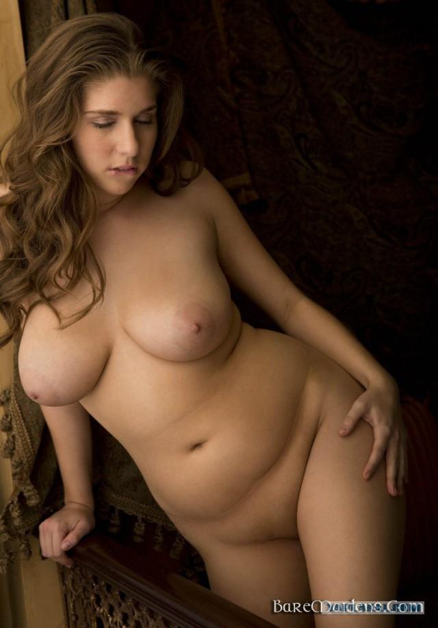 дворе, голая девушка с пышными формами содержит информацию для