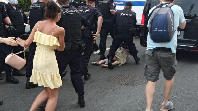 В Новопушкинском сквере в Москве проходит акция против принудительной вакцинации