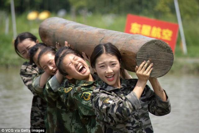 Суровые тренировки китайских стюардесс