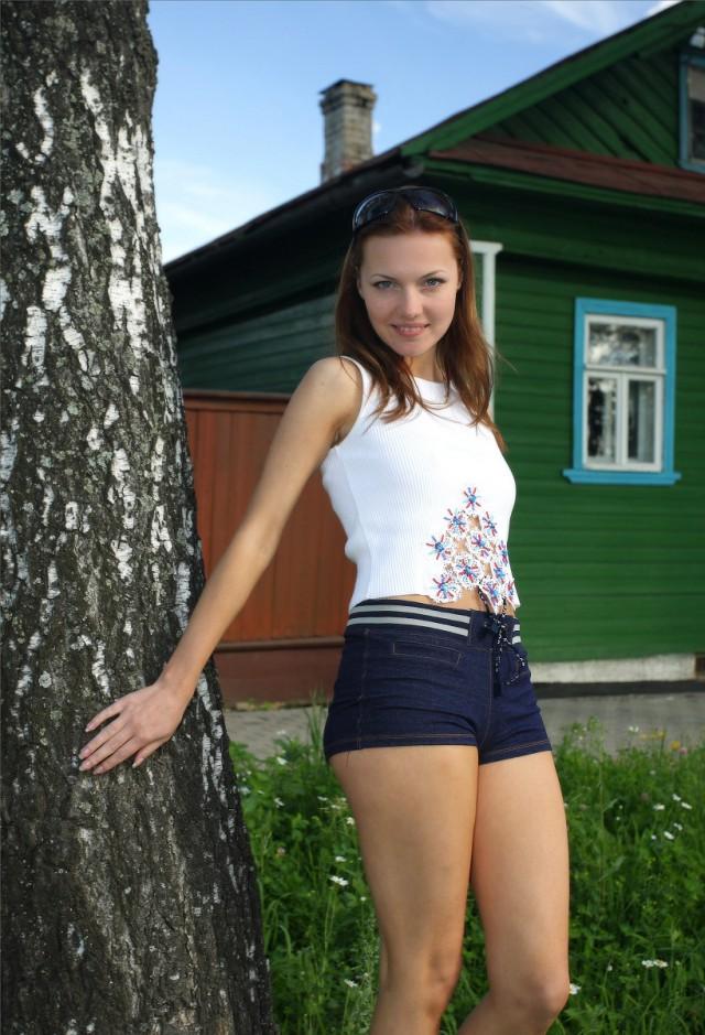 Молодая девушка домашнее фото 10