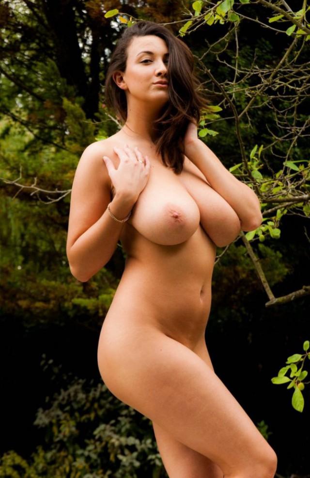 Держит голая русская девушка с большой грудью видео