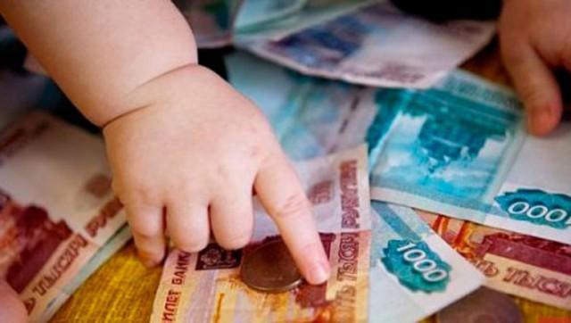 «Дети одновременно не рождаются». Родителям двойняшек выплатят только одно пособие на первого