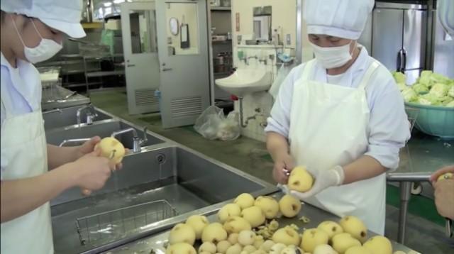 Обед в японской школе — это гораздо больше, чем просто прием пищи