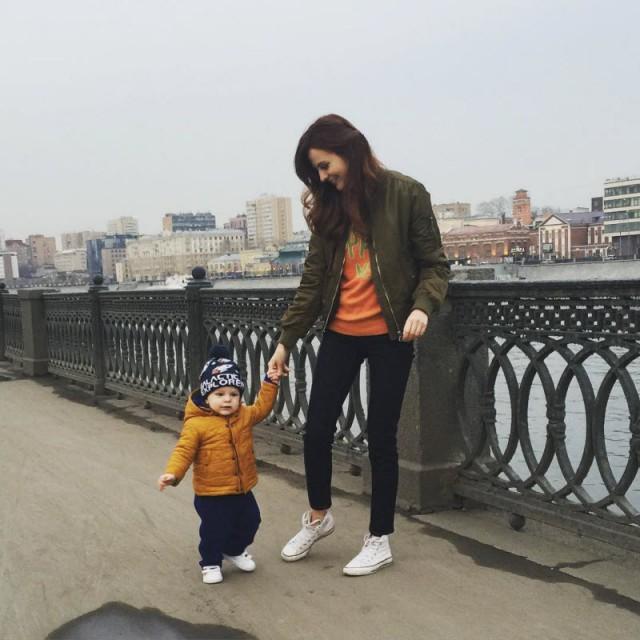 Обнаженная молодая мама позирует с маленьким сыном, пропагандируя грудное вскармливание