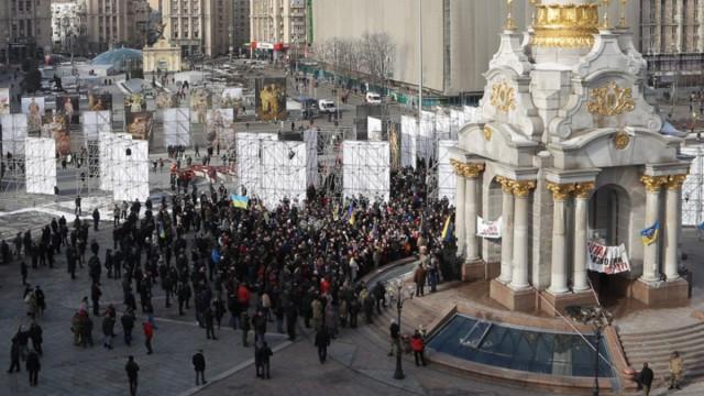 Картинки по запросу Радикалы собрались на Майдане и пошли маршем на Банковую
