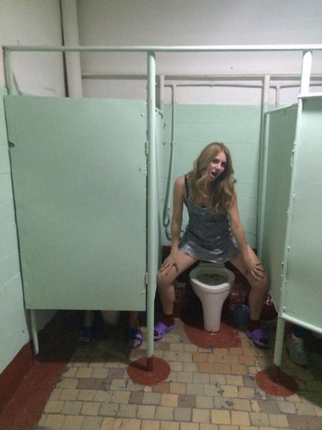 Трахается в туалете с членом в стене нужно