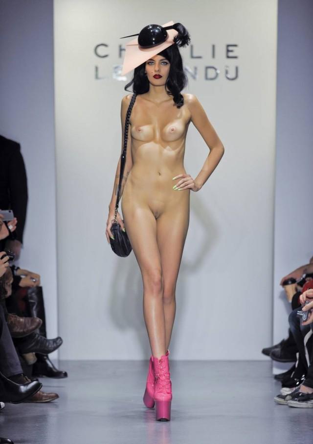 Показ эротических мод, девушки облегающих лосинах