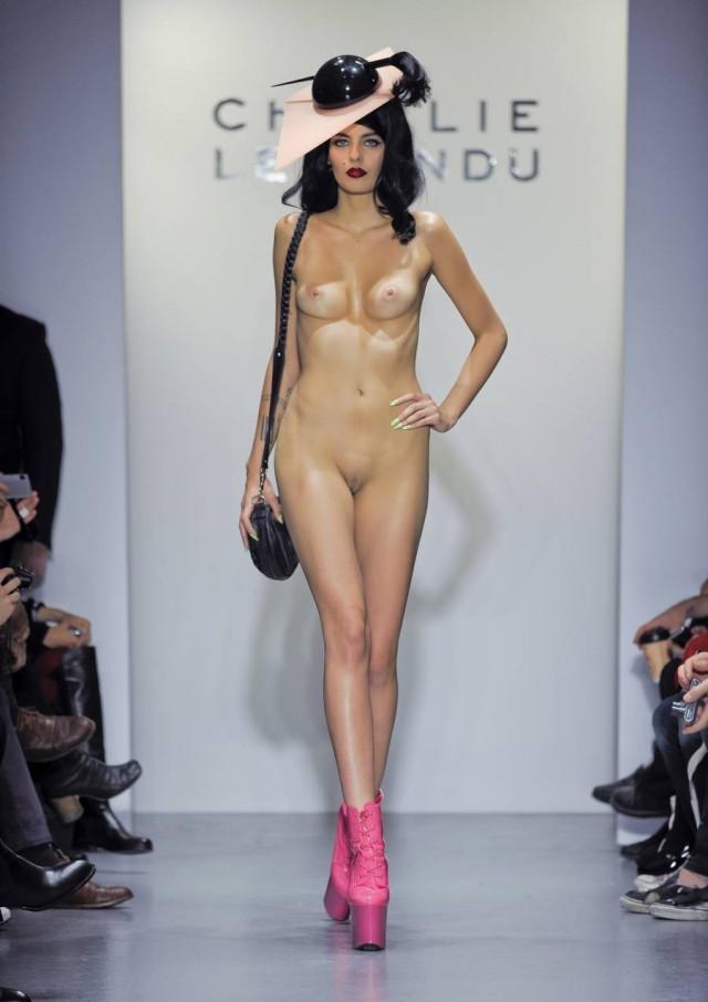 seks-s-modelyu-na-pokaze-mod-lesbi-pisayut-drug-na-druga-video