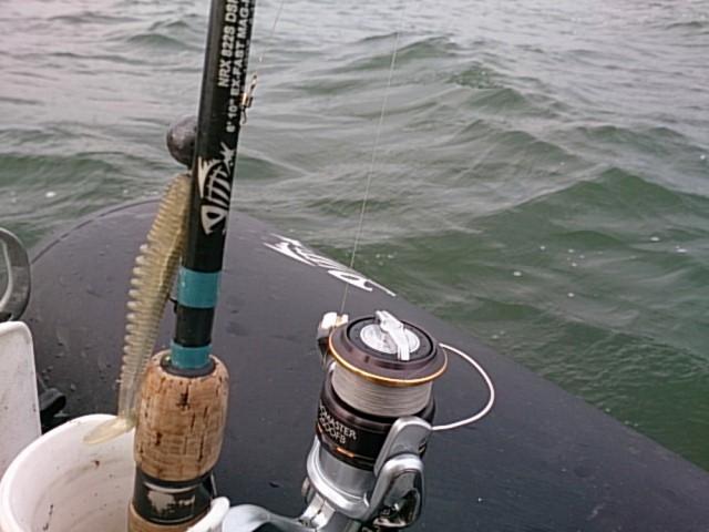 Как ловить судака с лодки в отвес?
