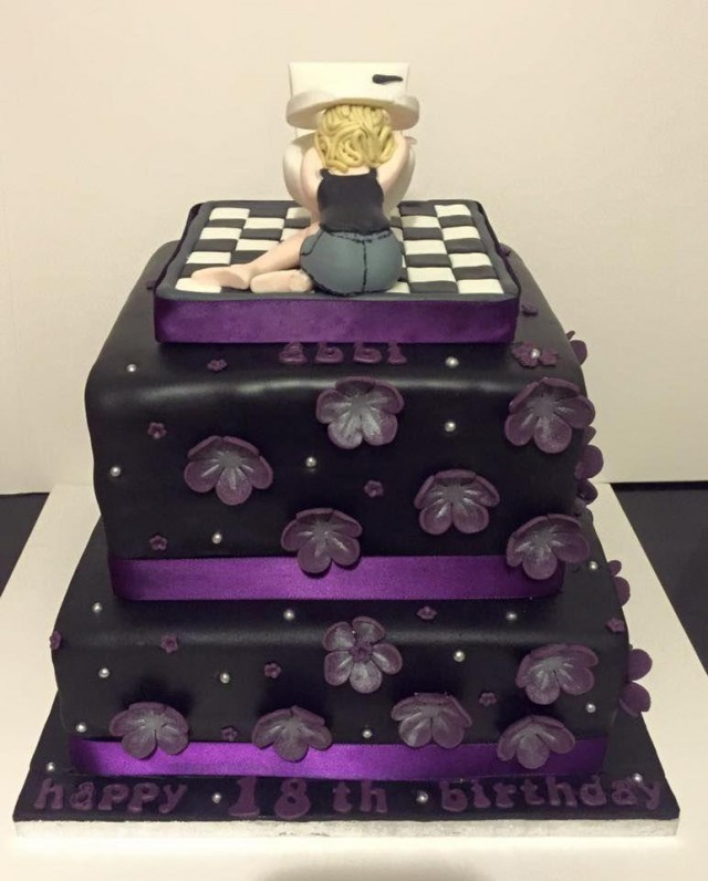 Мама-тролль вручила дочери на день рождения отличный тортик
